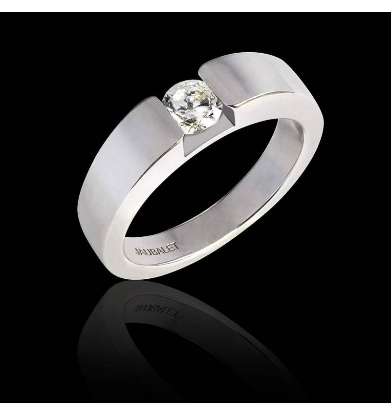 Round Diamond Engagement Ring White Gold Pyramide